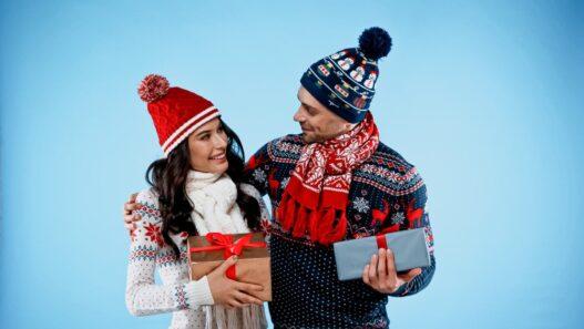 Kærestepar der giver hinanden julegaver